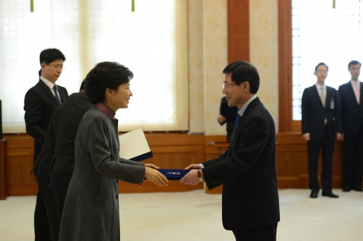 윤종록 전 미래창조과학부 차관이 박근혜 전 대통령에게 임명장을 받고있다. /사진=뉴시스