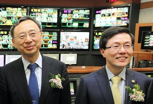 황창규 KT 회장과 윤종록 전 차관이 2014년 SKYUHD송출실을 둘러보고 있다. /사진=KT