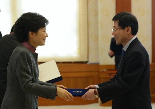 박근혜 전 대통령으로부터 임명장을 받는 윤 전 차관. /사진=뉴스1