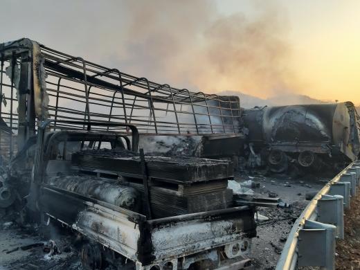 14일 새벽 경북 군위군 상주~영천고속도로에서 도로 결빙으로 인한 2건의 다중추돌 사고와 차량 화재가 발생했다. 2건의 사고로 40여대의 차량이 뒤엉키며 상주영천고속도로 양방향이 마비됐다. /사진=뉴스1