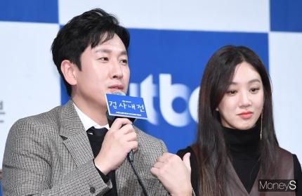 배우 이선균(왼쪽)과 정려원. /사진=장동규 기자
