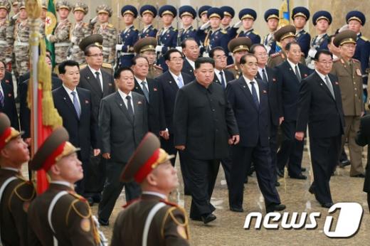 김정은 북한 국무위원장이 17일 김정일 전 국방위원장의 사망 8주기를 맞아 금수산태양궁전을 참배하고 있다. /사진=뉴스1(노동신문)