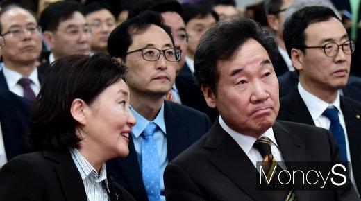 [머니S포토] 대화하는 이낙연 총리와 박영선 장관
