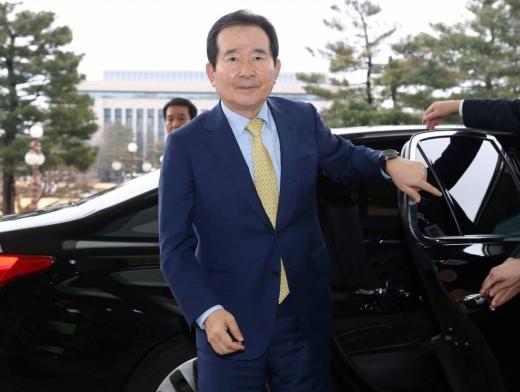 신임 국무총리 후보로 지명된 정세균 더불어민주당 의원이 17일 오후 서울 여의도 국회 의원회관에 도착, 하차하고 있다. /사진=머니투데이 DB