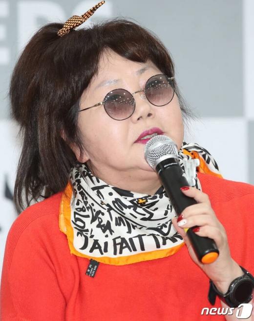 가수 이은하가 17일 오후 서울 용산구 청파로 숙명여자대학교 문신미술관에서 열린 EBS '싱어즈 - 시대와 함께 울고 웃다' 기자간담회에 참석해 인사말을 하고 있다. /사진=뉴스1
