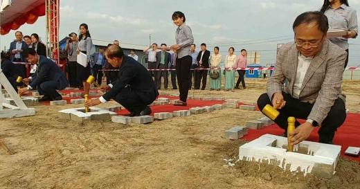 문양원 한세실업 동남아 총괄 본부장(왼쪽)과 전성호 재미얀마한인회 회장(가운데), 조성재 한세실업 미얀마 법인장(오른쪽)이 착공식에 참석했다