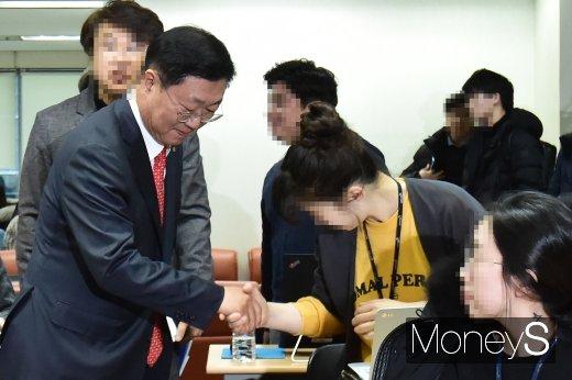 [머니S포토] 취재진들과 인사 나누는 나재철 신임 금투협회장