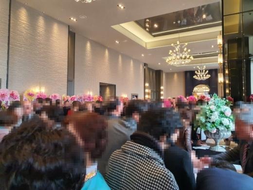 지난 21일 오후2시 경남 창원의 A웨딩컨벤션 힐그랜드홀에서 조근제 함안군수의 큰딸 결혼식이 양가 친·인척을 비롯한 1000여명의 하객이 입추의 여지없이 가득찬 가운데 성대히 열렸다. ©머니S 독자 제공.