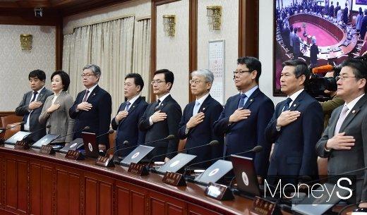 [머니S포토] 국민의례하는 각부처 장-차관들