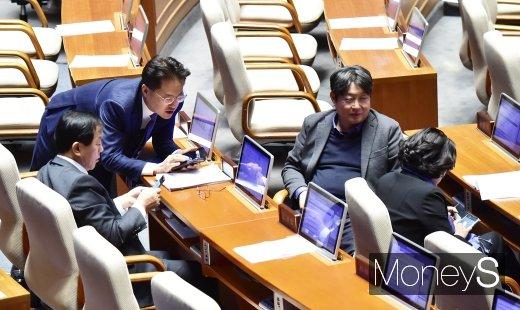 [머니S포토] 필리버스터 국회 지키는 의원들