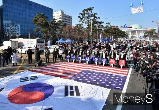 [머니S포토] 국회 앞 가로막은 친박집회