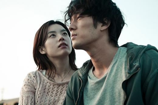 영화 '오직 그대만'에 출연한 배우 소지섭(오른쪽)과 한효주. /사진='오직 그대만' 스틸컷