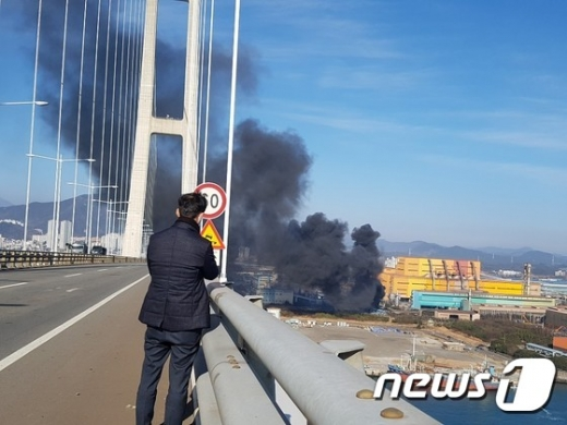 24일 전남 광양시 금호동 포스코 광양제철소 내 공장에서 폭발사고가 일어나 검은 연기가 하늘로 치솟고 있다. /사진=뉴스1(독자제공)