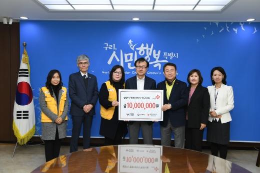 ㈜로보큐브테크 대표(김영석)가 기부금을 전달하고 있다. / 사진제공=구리시