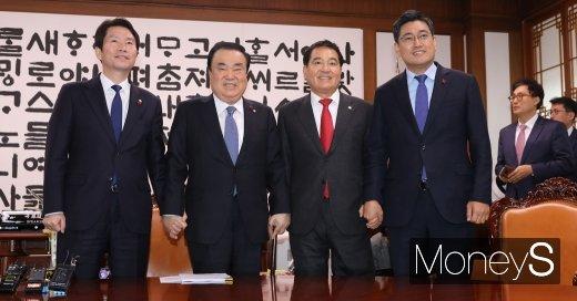 국회 본회의 연기 중… 이인영·심재철 의장실 방문(속보)