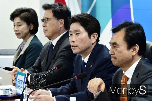 자유한국당을 향해 '맞불 필리버스터'를 예고한 이인영 더불어민주당 원내대표(오른쪽 두번째). /사진=임한별 기자