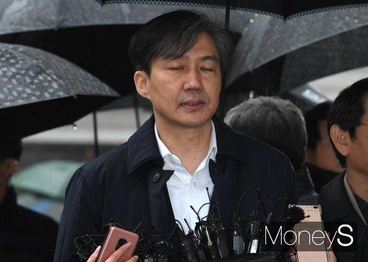 조국 전 법무부장관이 지난 26일 서울동부지법에 영장실질심사(구속 전 피의자 심문)를 위해 출석하며 기자들의 질의를 경청하고 있다. /사진=장동규 기자