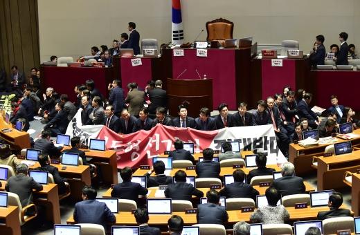질서유지권 발동에도… 한국당 의원들, 문희상 몸으로 저지(속보)