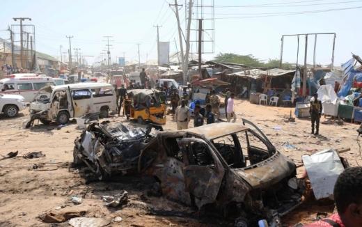 28일 소말리아 모가디슈(Mogadishu)의 검문소에서 발생한 차량 폭탄 자살 테러 현장. / 사진=로이터.