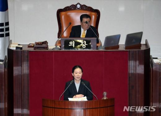권은희 바른미래당 의원이 28일 새벽 서울 여의도 국회에서 '고위공직자범죄수사처(공수처) 법안'에 대한 필리버스터(무제한 토론)를 하고 있다. /사진=뉴시스