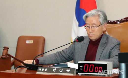 자유한국당 소속 여상규 법제사법위원회 위원장이 여당은 물론 한국당 등 야권을 향해 날 선 반응을 보였다. /사진=뉴시스