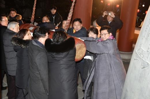 지난해 수원시 행동궁 여민각에서 진행된 타종행사. / 사진제공=수원시