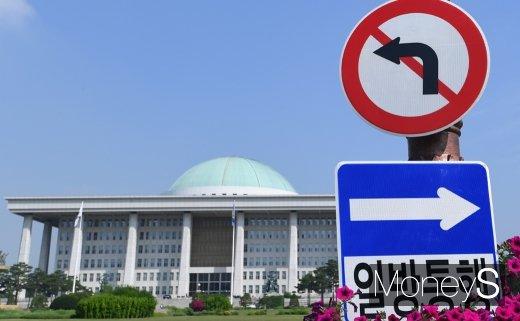 한국당, 국회의장석 주변 점거… 공수처법 반대 농성(속보)