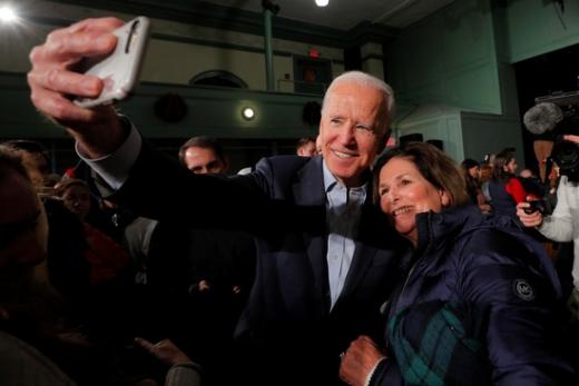 미국 민주당 대선 경선후보인 조 바이든 전 부통령(왼쪽)이 지난 30일(현지시간) 미국 뉴햄프셔주 엑세터에서 열린 선거 유세에서 한 유권자와 사진을 찍고 있다. /사진=로이터