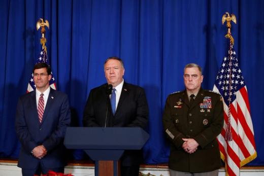 마이크 폼페이오 미 국무 장관은 29일(현지시간) 미국 플로리다 주 팜 비치의 '마르 아 라고'에서 이라크와 시리아 미군의 공습에 대해 설명하고 있다. /사진=로이터
