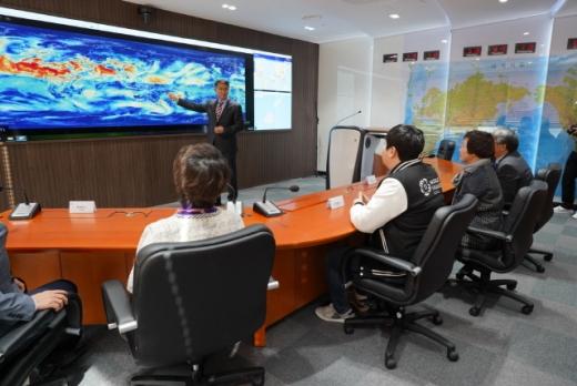 코이카가 31일 개소한 종합안전상황실에서 김상철 코이카 글로벌 안전센터장이 전 세계의 안전 상황을 브리핑하고 있다. /사진=코이카