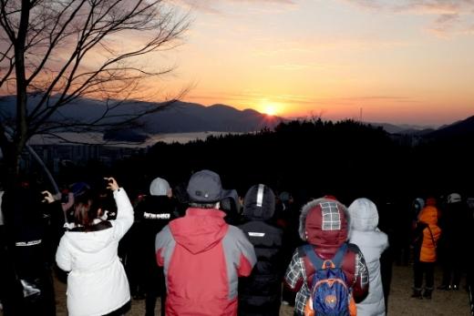 창원시 마산 만날재 지난해 새해 일출 전경./ 사진=창원시 제공.