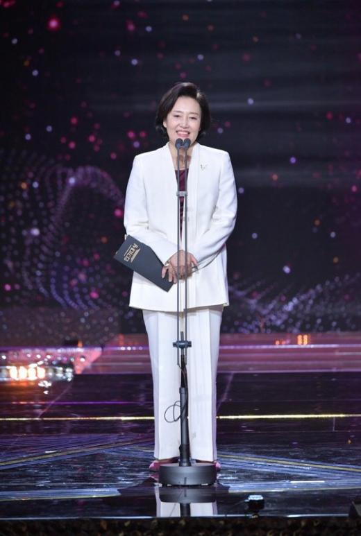 KBS 연기대상 시상자로 나온 박영선 중소벤처기업부 장관. /사진=KBS 제공