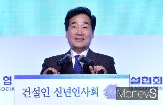 [머니S포토] 기념사 전하는 이낙연 총리