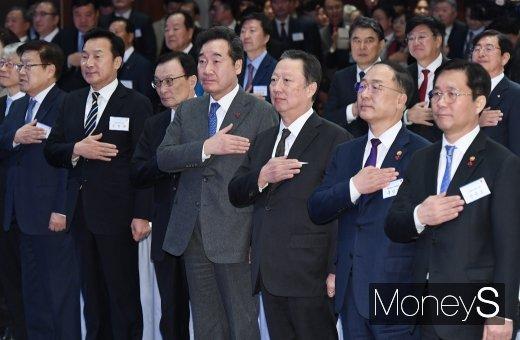 [머니S포토] 국민의례하는 이낙연 총리
