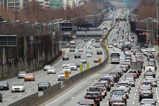27일 서울 서초구 잠원IC 인근 경부고속도로에서 상행선 차량(왼쪽)은 원활한 흐름을 보이고 하행선 차량은 가다 서다를 반복하며 서행하고 있다./사진=뉴스1