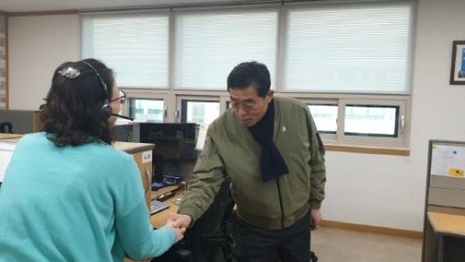 윤화섭 안산시장이 민원콜센터 상담사를 만나 애로사항을 들었다. / 사진제공=안산시