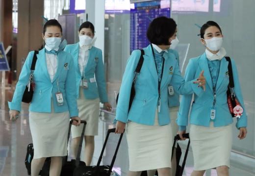 지난 2일 인천국제공항에서 승무원들이 마스크를 쓴 채 이동하고 있다. 사진은 기사와 무관. /사진=뉴스1