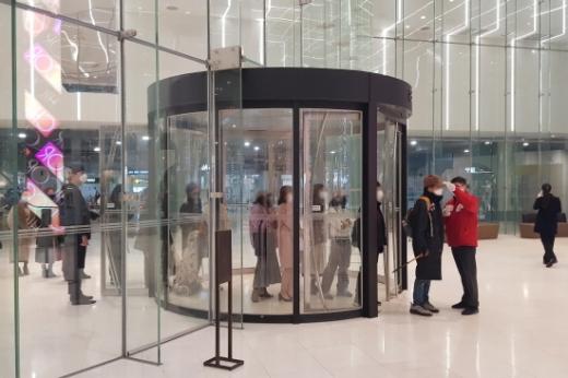 신세계 센텀시티 B1층 출입구(GATE 8)에서 백화점을 출입하는 고객에게 발열체크를 하고있다./사진제공=신세계센텀시티