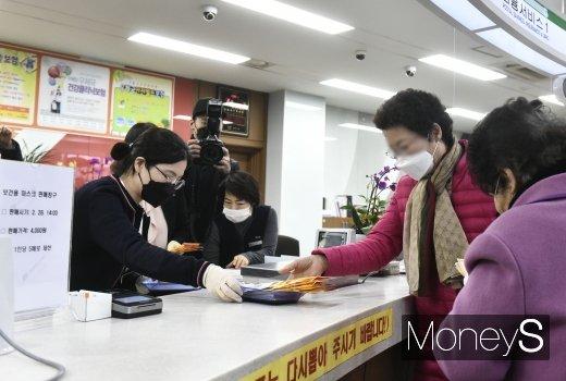 [머니S포토] '우체국 마스크 구매'