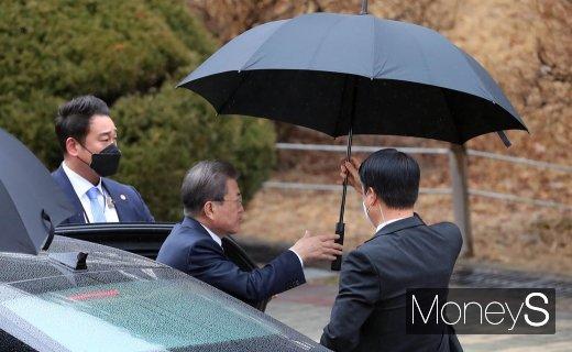 [머니S포토] 영수회담 관련 국회 사랑재 들어서는 문재인 대통령