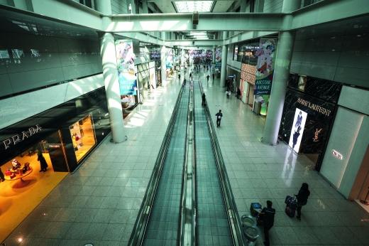 코로나19에 발길 끊어진 인천공항면세점. /사진=뉴스1 DB