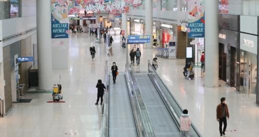 지난 6일 인천공항 1터미널 면세구역이 여행객 급감으로 한산한 모습을 보이고 있다. /사진=뉴스1
