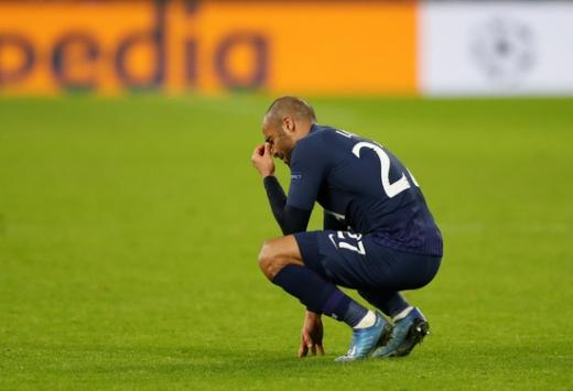 토트넘 홋스퍼 공격수 루카스 모우라가 지난 11일(한국시간) 열린 챔피언스리그 16강 2차전 RB라이프치히전에서 0-3으로 패한 뒤 경기장에 주자앉아 눈물을 흘리고 있다. /사진=로이터