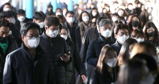 12일 코로나19 집단 감염이 발생한 구로 코리아빌딩 콜센터 인근인 서울 구로구 신도림역에서 마스크를 쓴 시민들이 출근을 서두르고 있다./사진= 김선웅 뉴시스 기자