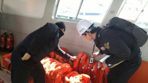 남해해경청 직원들이 다중이용선박을 대상으로 한 유관기관 합동점검을 진행하고 있다./사진제공=남해해경청
