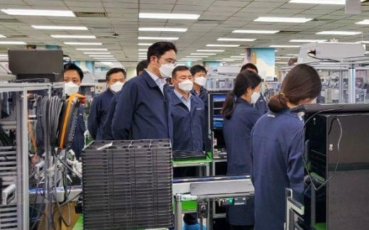 이재용 삼성전자 부회장이 지난 3일 구미 스마트폰 생산공장을 찾아 임직원을 격려하는 모습. / 사진=삼성전자