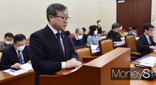 [머니S포토] 코로나19 특위, 현안보고하는 박백범 교육부 차관