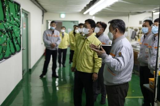 이동신 부산국세청장(앞줄 오른쪽 두번째)이 12일 코로나19 확산으로 조업차질을 겪은 자동차부품 제조기업을 방문했다./사진제공=부산국세청