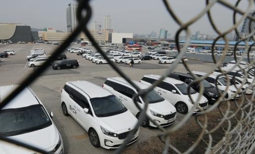 승합차 호출 서비스 타다를 운영하는 VCNC가 타다 베이직 서비스업무를 담당하는 사무직 직원 30%를 권고사직 형태로 해고 한다고 밝혔다. 사진은 서울 서초구에 위치한 타다 차고지. /사진=뉴스1