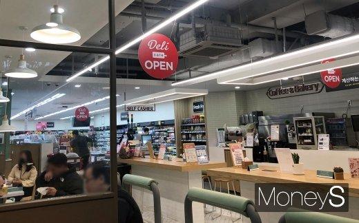 지난 10일 롯데슈퍼 델리카페 대치점에 직장인들이 모여 있는 모습. 매장의 절반은 슈퍼, 나머지 반은 식당처럼 운영되고 있다. /사진=김경은 기자